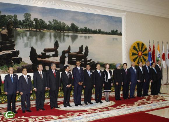 Các nhà lãnh đạo tham dự Hội nghị Cấp cao Đông Á chụp ảnh lưu niệm