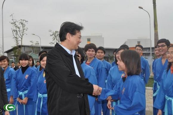 Thủ tướng trò chuyện cùng sinh viên trường ĐH FPT tại Khu công nghệ cao Hòa Lạc.