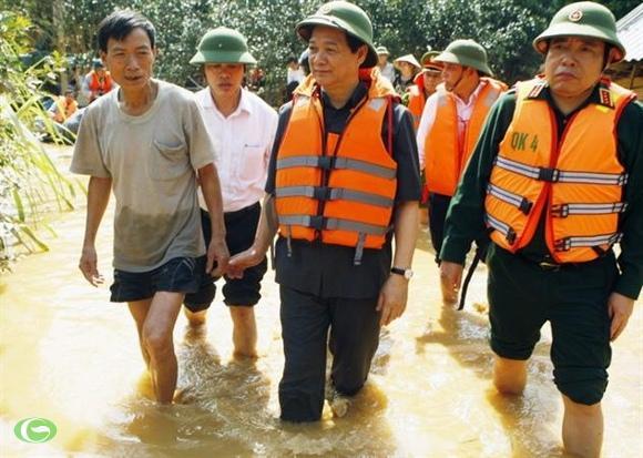 Thủ tướng Nguyễn Tấn Dũng đến thăm bà con vùng rốn lũ Hương Khê