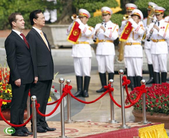 Thủ tướng Nguyễn Tấn Dũng và Thủ tướng Nga Dmitry Medvedev tiến hành nghi thức chào cờ