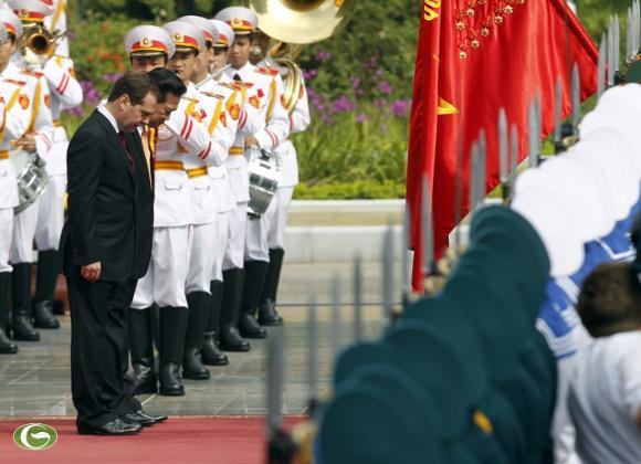 Thủ tướng Nguyễn Tấn Dũng và Thủ tướng Nga Dmitry Medvedev cuối đầu chào quốc kỳ Việt Nam