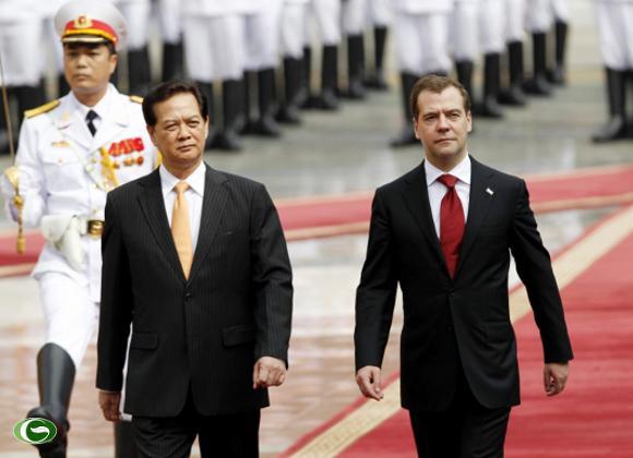 Thủ tướng Nguyễn Tấn Dũng và Thủ tướng Nga Dmitry Medvedev duyệt đội danh dự
