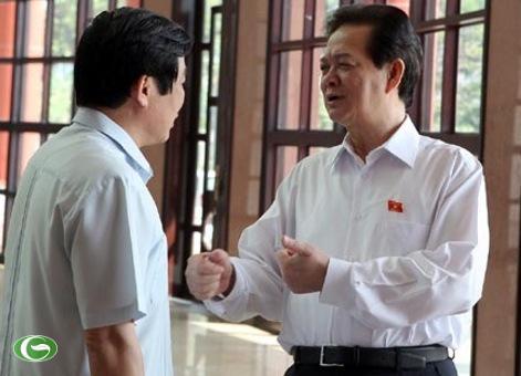 Thủ tướng Nguyễn Tấn Dũng trò chuyện với Bộ trưởng Nguyễn Bắc Son bên hàng lang Quốc hội