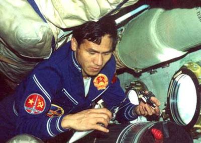 Phạm Tuân, phi công tiêm kích đầu tiên trên thế giới hạ gục máy bay B52 Mỹ