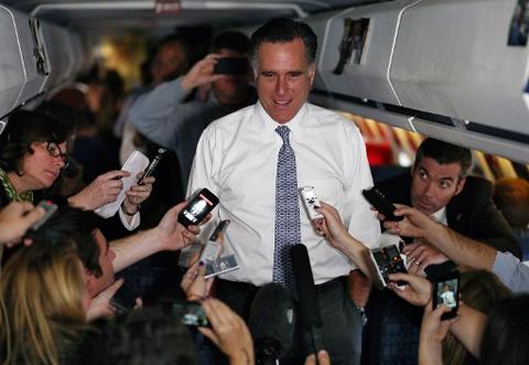 Trong khi di chuyển đến địa điểm vận động tranh cử tối 6/11, ứng cử viên tổng thống đảng Cộng hòa Mitt Romney rất tự tin nói rằng mình đã chuẩn bị sẵn bài phát biểu chiến thắng. Ảnh: AFP