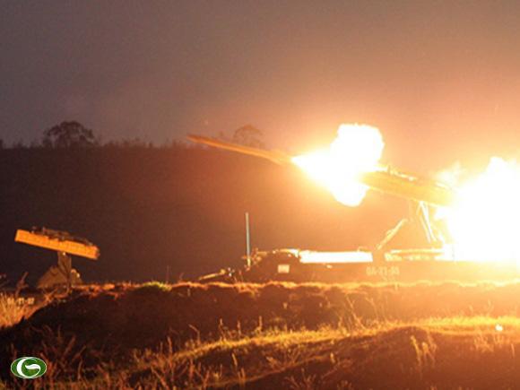 Bầu trời đêm rực sáng khi tên lửa khai hỏa