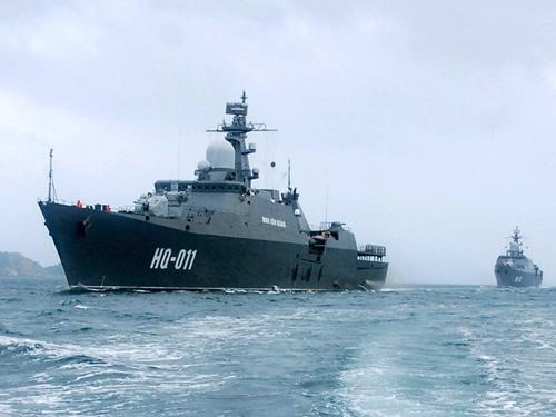 Các tàu hộ vệ tên lửa Đinh Tiên Hoàng và Lý Thái Tổ của Việt Nam đang hoạt động trong vùng biển của cảng Cam Ranh