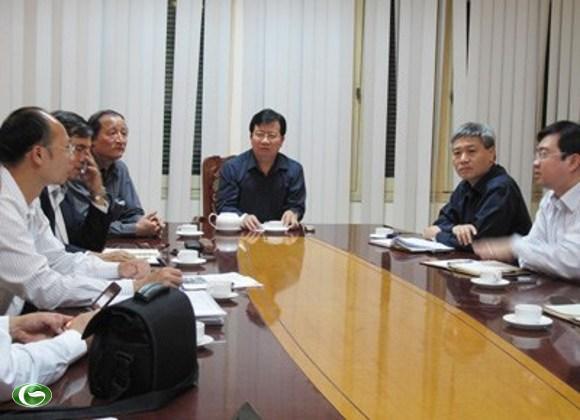 Bộ trưởng Xây dựng Trịnh Đình Dũng chủ trì cuộc họp khẩn chiều 15/11 sau trận động đất 4,7 độ richter vừa xảy ra ở Bắc Trà My. Ảnh: Dân trí
