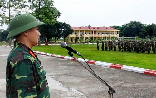 Trung tá Lê Văn Hướng, Trung đoàn trưởng Trung đoàn 2, hạ mệnh lệnh hành quân cho các đơn vị