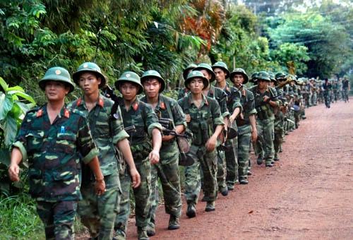 Bộ đội hành quân ra vị trí tập kết vượt sông
