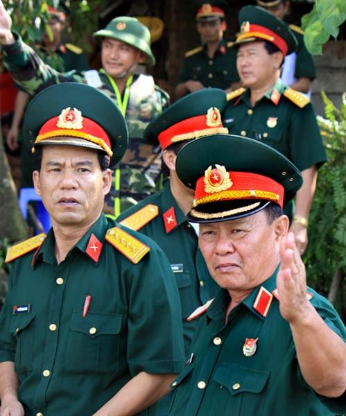 Thiếu tướng Nguyễn Hoàng, Tư lệnh Quân đoàn 4, kiểm tra, chỉ đạo công tác vượt sông tại thực địa