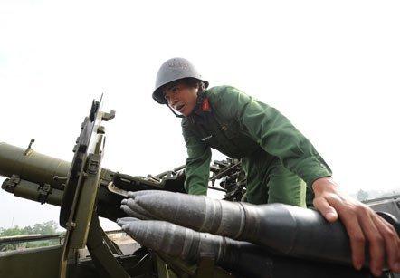 Chiến sĩ phòng không thao tác nạp đạn pháo vào bệ