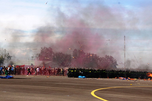 Sau đó, những người quá khích trong đám đông đã tấn công bằng bom xăng, gạch đá, buộc các lực lượng chức năng phải sử dụng lựu đạn hơi cay, vòi rồng đẩy lùi đám đông ra khỏi khu vực nhà ga.