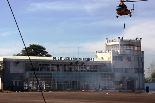 Trực thăng tiếp cận nhà ga, nơi nhóm khủng bố cố thủ, bắt giữ con tin