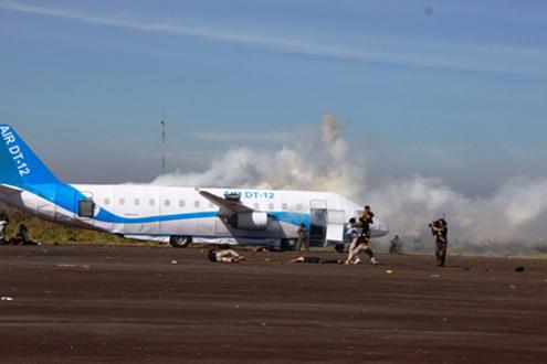 Rồi áp sát máy bay, khống chế bọn khủng bố, giải cứu con tin.