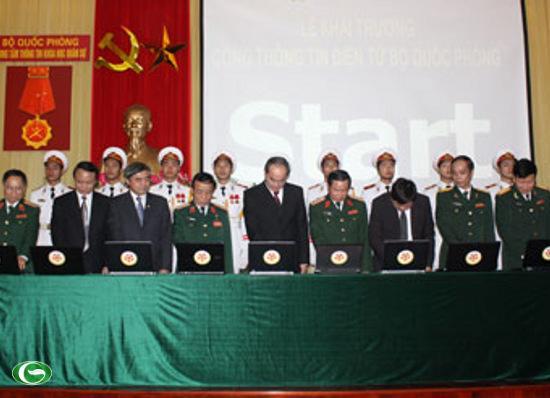 Các đại biểu ấn nút khai trương Cổng thông tin điện tử Bộ Quốc phòng