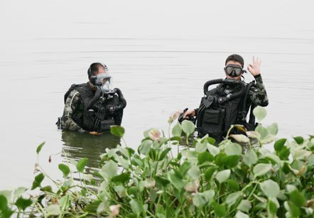 Chiến sĩ đặc công nước lữ đoàn 147, quân chủng Hải quân huấn luyện đánh phá tàu
