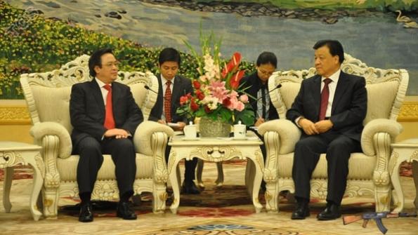 Trưởng Ban Đối ngoại TƯ Hoàng Bình Quân (trái) hội kiến ông Lưu Vân Sơn, Bí thư Ban Bí thư TƯ ĐCS Trung Quốc tại đại lễ đường nhân dân.