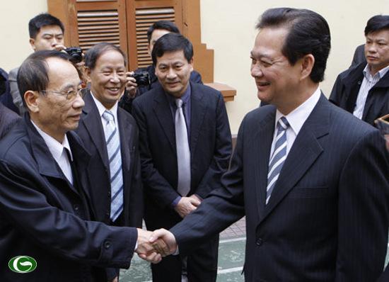 Thủ tướng Nguyễn Tấn Dũng thăm hỏi cử tri tại Hải Phòng - Ảnh: Thiên Bình