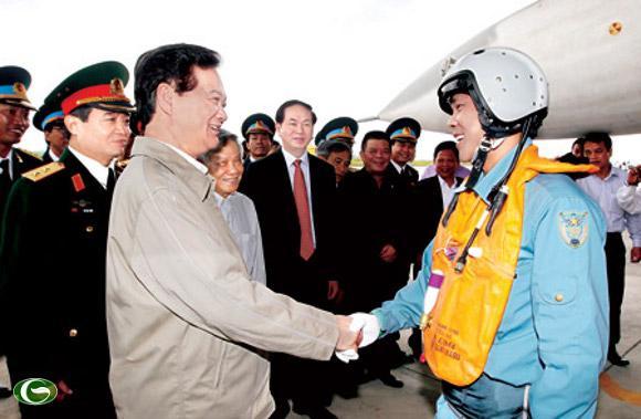 Lãnh đạo Đảng và Nhà nước luôn quan tâm đến nhiệm vụ bảo vệ chủ quyền tổ quốc. Thủ tướng Nguyễn Tấn Dũng thăm Trung đoàn Không quân 940, Quân chủng PK-KQ