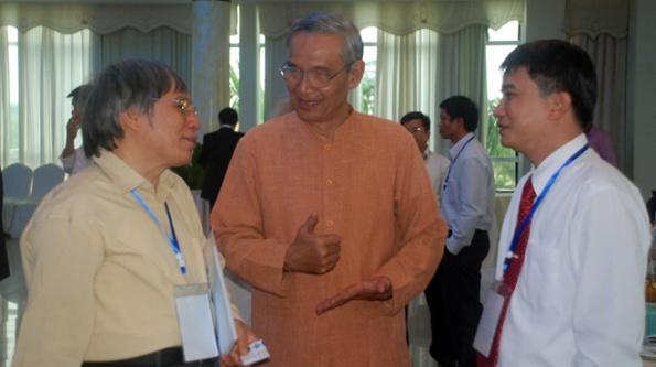 Các nhà khoa học trao đổi vấn đề biển Đông bên lề hội thảo - Ảnh: Hữu Khá