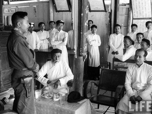 Phạm Ngọc Thảo nói chuyện với các chức sắc Cao Đài - Ảnh: LIFE