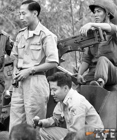 Phạm Ngọc Thảo (giữa) chỉ huy đảo chính - Ảnh: LIFE