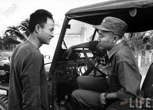 Phạm Ngọc Thảo (phải) lúc làm Tỉnh trưởng Kiến Hòa - Ảnh: LIFE