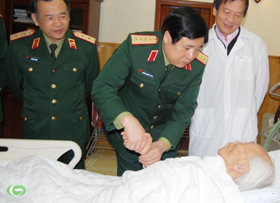 Bộ trưởng Phùng Quang Thanh đến thăm Đại tướng Võ Nguyên Giáp dịp Tết Nhâm Thìn 2012 (Ảnh minh họa)