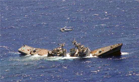 Tàu đang chìm này thực chất là tàu chiến của Mỹ và sau khi hết hạn sử dụng Hải quân Úc đánh chìm vào năm 2004.
