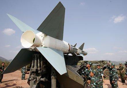 Kíp chiến đấu chuẩn bị đưa tên lửa C75 vào bệ phóng