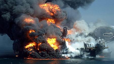 Bức ảnh gây nhầm lẫn này thực chất là cảnh cháy giàn khoan The Deepwater Horizon ngoài khơi vịnh Mexico năm 2010.