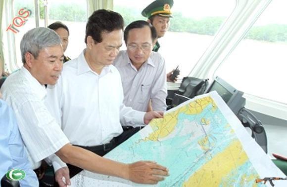 Thủ tướng Nguyễn Tấn Dũng thị sát và kiểm tra việc xây dựng cảng Lạch Huyện ngày 26/7.