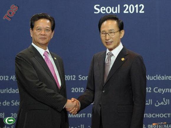 Tổng thống Hàn Quốc Lee Myung-bak chào đón Thủ tướng Nguyễn Tấn Dũng tham dự Hội nghị Thượng đỉnh An ninh Hạt nhân ở Seoul hôm 26-3. Ảnh: Getty Images
