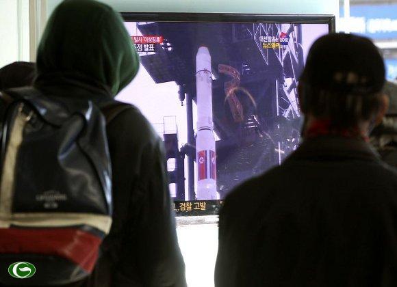 Dân ở Nam Triều Tiên xem truyền hình tin tức về kế hoạch phóng tên lửa của Bắc Triều Tiên