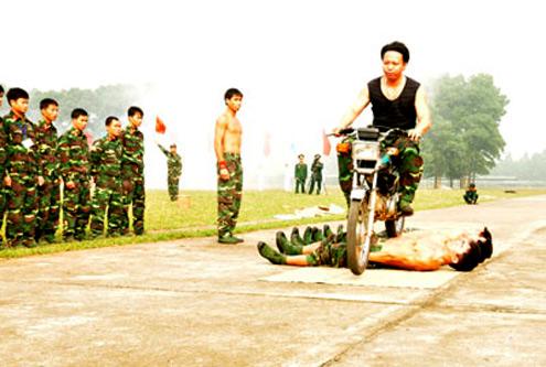 Chiến sĩ trinh sát thuộc Tổng cục 2 rèn luyện năng lực đối mặt với hiểm nguy.