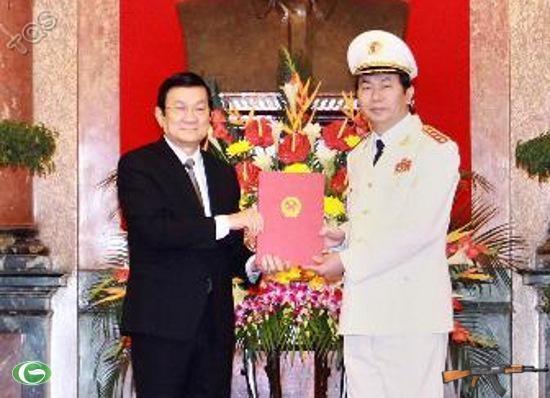 Chủ tịch nước Trương Tấn Sang trao Quyết định thăng quân hàm Đại tướng cho đồng chí Trần Đại Quang