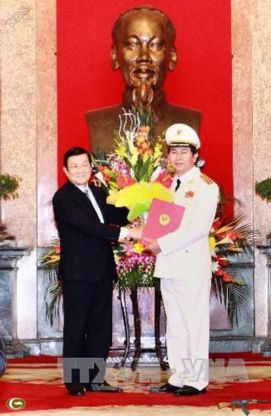 Chủ tịch nước Trương Tấn Sang tặng hoa chúc mừng đồng chí Trần Đại Quang