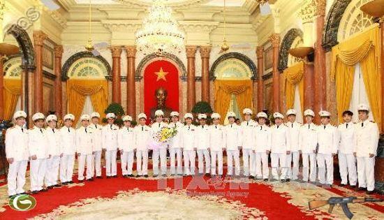 Lãnh đạo Bộ Công an tặng hoa chúc mừng đồng chí Trần Đại Quang.