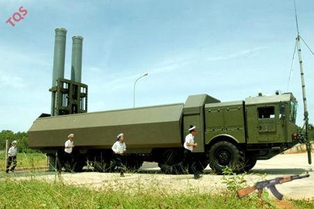 Các hệ thống tên lửa phòng thủ bờ biển Bastion-P được trang bị tên lửa siêu thanh có cánh Yakhont, có tầm bắn lên tới 300 km.