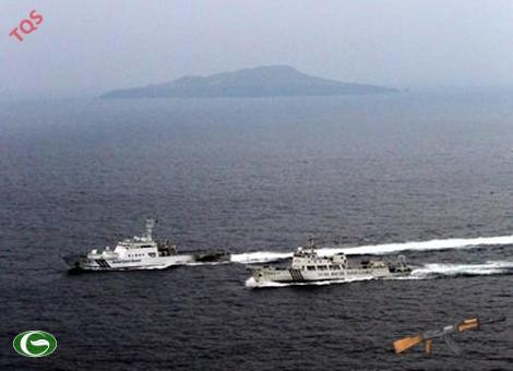 Tàu hải giám Trung Quốc (phải) và tàu tuần duyên Nhật Bản gần Senkaku vào cuối tháng 10-2012