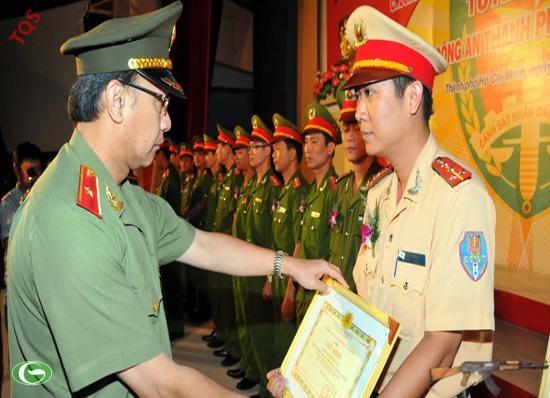 Thiếu tướng Lê Đông Phong, phó giám đốc Công an TP.HCM, trao tặng giấy khen cho các cán bộ - chiến sĩ trẻ có thành tích xuất sắc trong đợt kỷ niệm 50 năm Ngày truyền thống lực lượng công an nhân dân