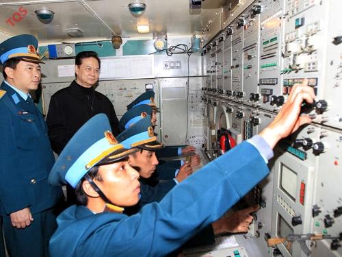 Thủ tướng Nguyễn Tấn Dũng kiểm tra chế độ trực ban tại Đoàn Tên lửa phòng không 64. Ảnh: TTXVN