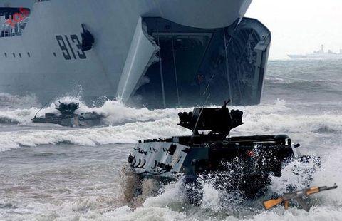 Chiến hạm đổ bộ Trung Quốc áp sát đảo Thị Tứ của Việt Nam