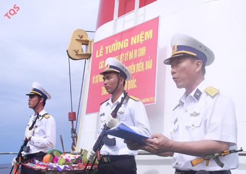 Thượng tá Nguyễn Văn Thư, Phó chính ủy Lữ đoàn 146 đọc diễn văn tưởng niệm.