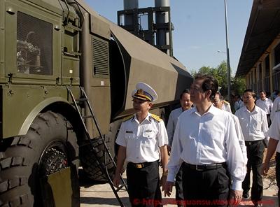 Thủ tướng thị sát tổ hợp tên lửa bờ Bastion tại Đoàn 681. Ảnh: Chính phủ