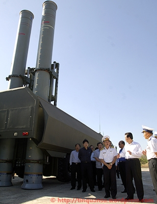 Thủ tướng mong muốn Đoàn 681 nắm chắc và làm chủ phương tiện quân sự, vũ khí, khí tài hiện đại, giữ vững độc lập, chủ quyền lãnh thổ, biển đảo của Tổ quốc. Ảnh: Chính phủ.