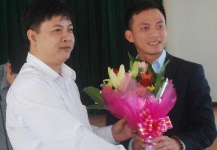 Tân Bí thư Thành đoàn Đà Nẵng Nguyễn Bá Cảnh (phải). Ảnh: Tuổi trẻ