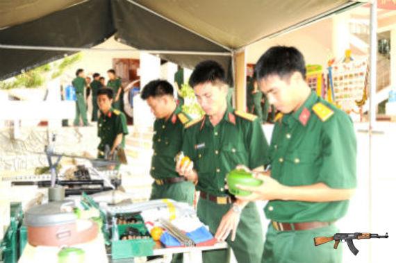 Cán bộ, chiến sĩ Sư đoàn 2 (Quân khu 5) chuẩn bị mô hình huấn luyện.
