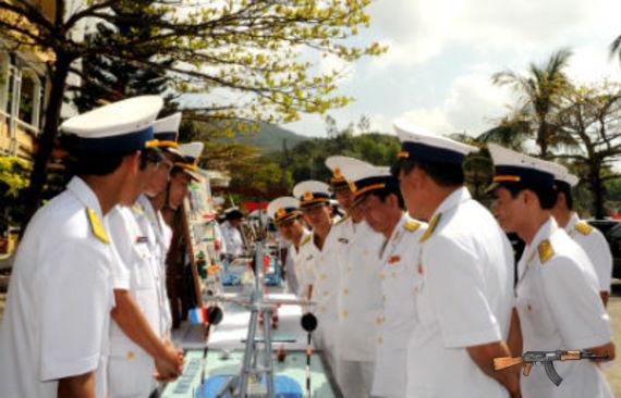 Tham quan mô hình huấn luyện của Vùng 3 Hải quân.